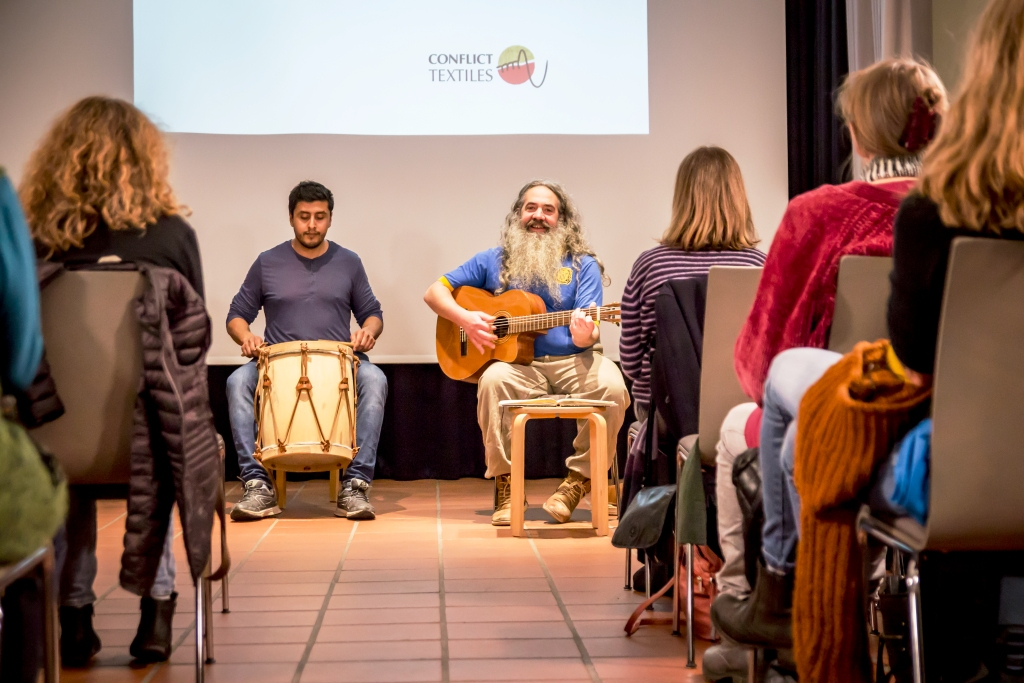Attendees at the exhibition launch on 17th January listen to musicians Federico Ponce (left) and Pablo Penia (right). (Photo: Gerardo Gazmuri)